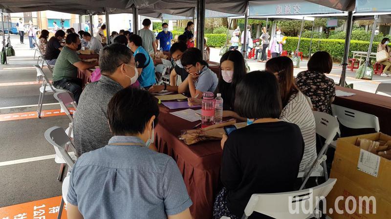 新竹市政府今天在中庭廣場舉辦安心即時上工2.0就業博覽會,吸引不少民眾來面試。記者黃瑞典/攝影