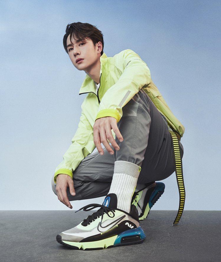 中國男星王一博詮釋Nike夏季Sportswear系列服飾和鞋款。圖/Nike提...
