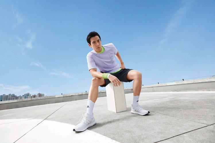 彭于晏詮釋adidas本季薰衣草紫T恤。圖/adidas提供