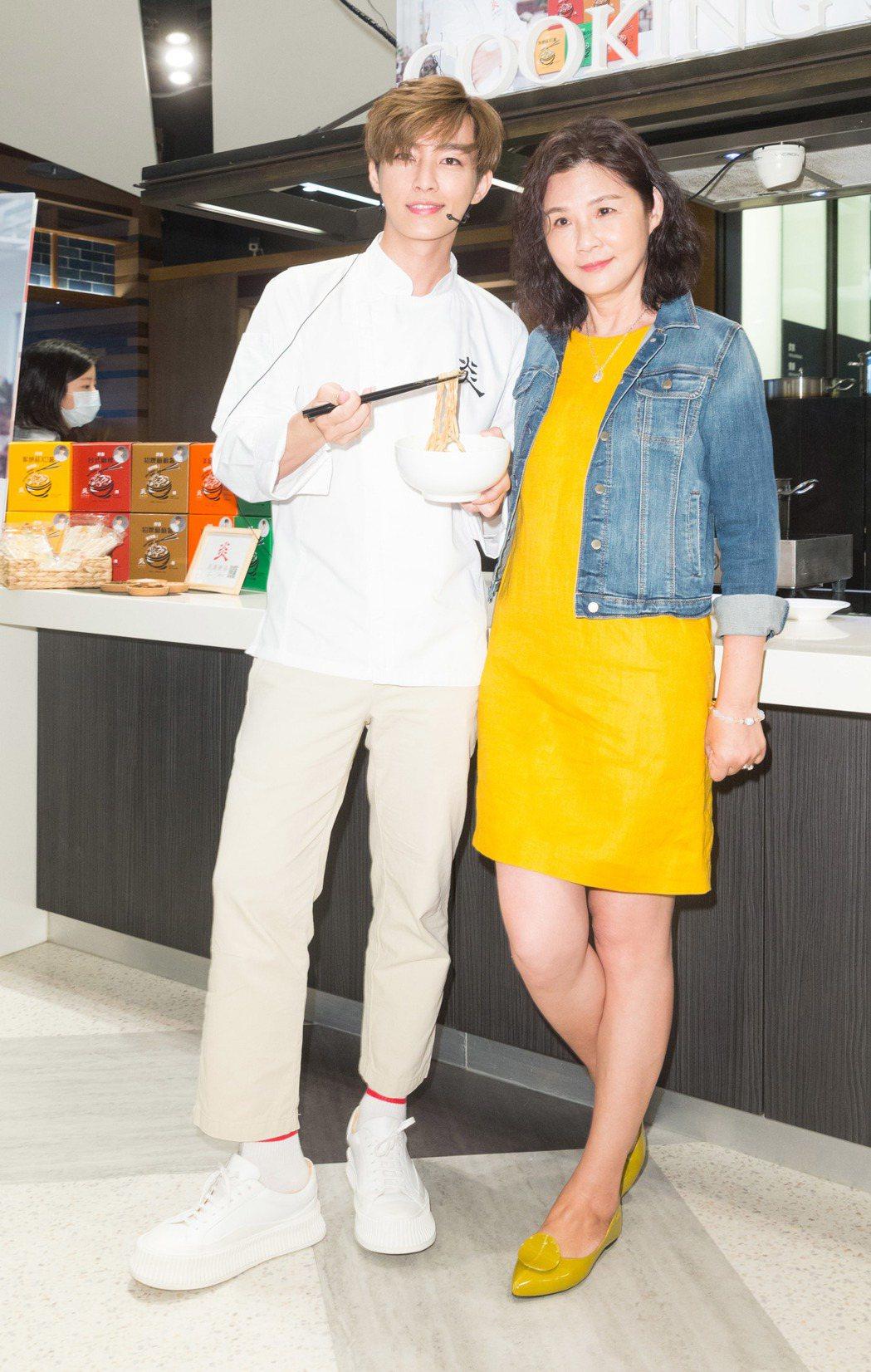 炎亞綸創業,媽媽(右)站台上市記者會。記者陳立凱/攝影