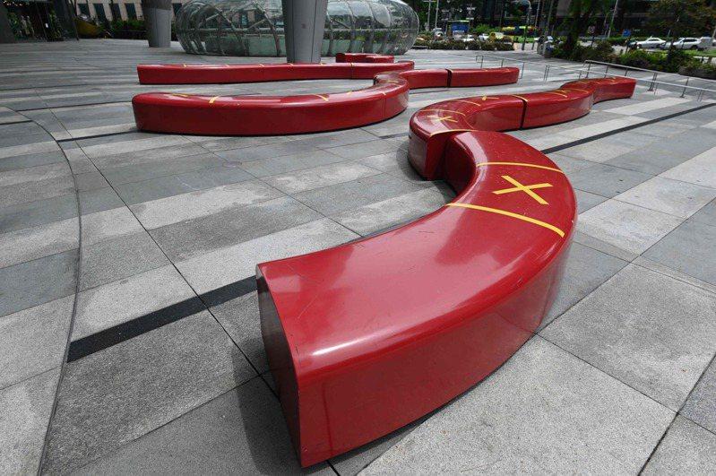 新加坡一間商場外的長椅用膠帶標示出社交距離。法新社