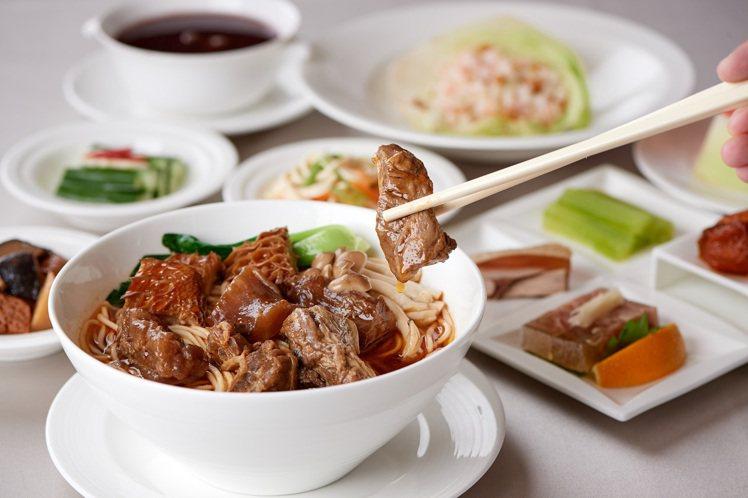 江南春海陸雙拼「川味三寶犇麵」。圖/福華大飯店提供
