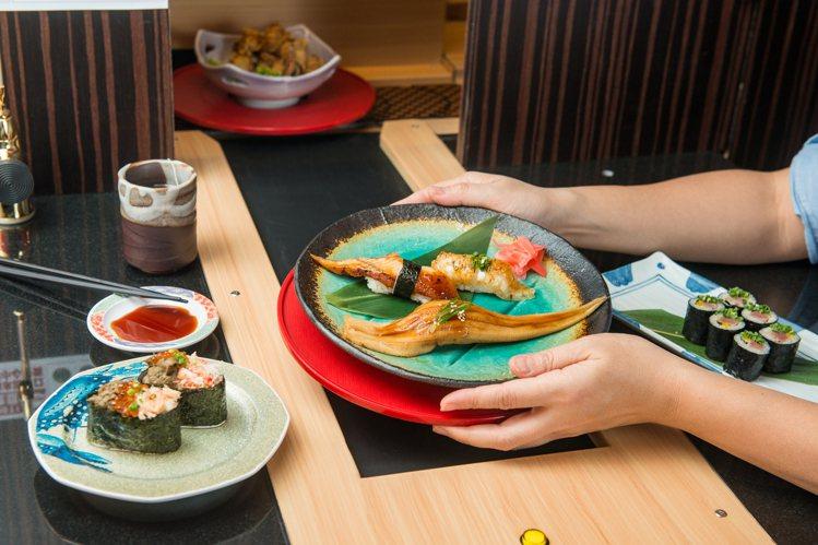 只要靠著智慧輸送帶,就算在包廂也可快速獲得餐點。圖/大漁まぐろ壽司提供