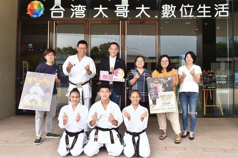 台灣大總經理林之晨(後左三)與南投縣青少年空手道推展協會及芒草心慈善協會合照。照片/台灣大提供