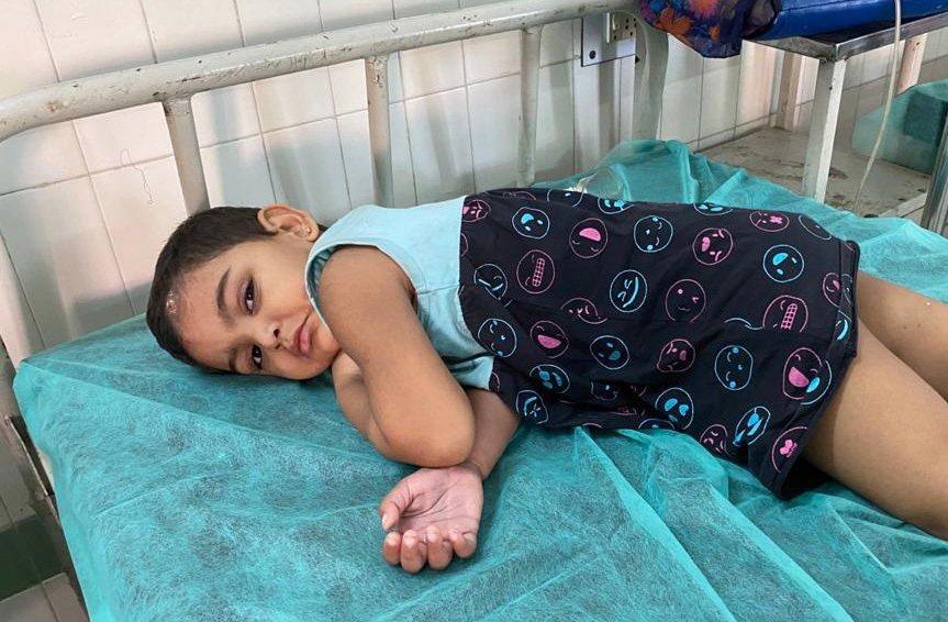 一名受到化學氣體外洩影響的女童住院接受治療。歐新社