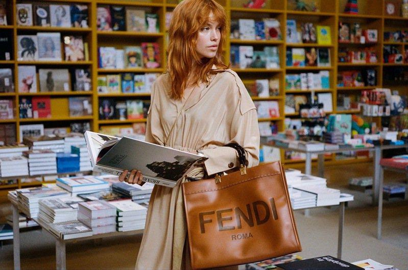 FENDI推出全新Sunshine Shopper包款,92,000元。圖/FENDI提供