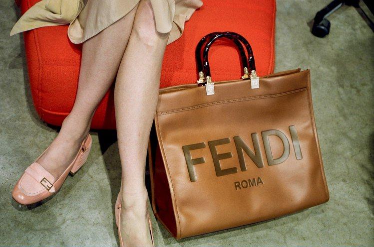 FENDI推出全新Sunshine Shopper包款,92,000元。圖/FE...