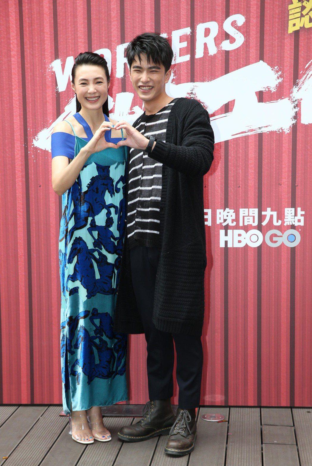 曾珮瑜(左)、曾敬驊演母子。記者林俊良/攝影
