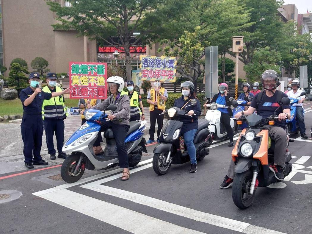 警方結合巡守隊民力,在台南市南區重要路口,以標語看板、大聲公宣導,請用路人建立防...