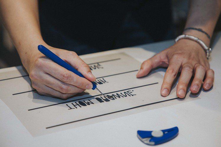 THOM BROWNE獨家壓印客製服務過程去除多餘膠膜。圖/ART HAUS提供