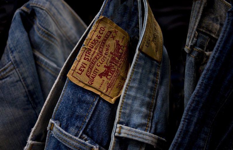 許多穿牛仔褲的人,會講究洗色、刷舊等細節,所以,百年以來生款過超過千萬條的LEVI'S也不藏私,大方的公開了所謂的「養褲」訣竅。圖/LEVI'S提供