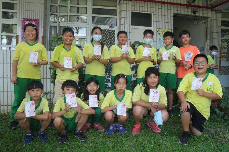 雲林郵局準備2百多張母親節明信片寄送到斗南鎮文安國小,希望鼓勵學生們向媽媽表達心意。圖/雲林郵局提供