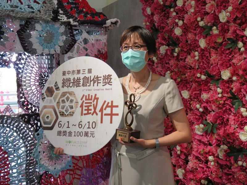 台中市纖維工藝博物館主任郭敏慧指出,「第三屆纖維創作獎」最大獎的單件作品可獲獎金27萬元,總獎金也上看100萬元。記者黃寅/攝影