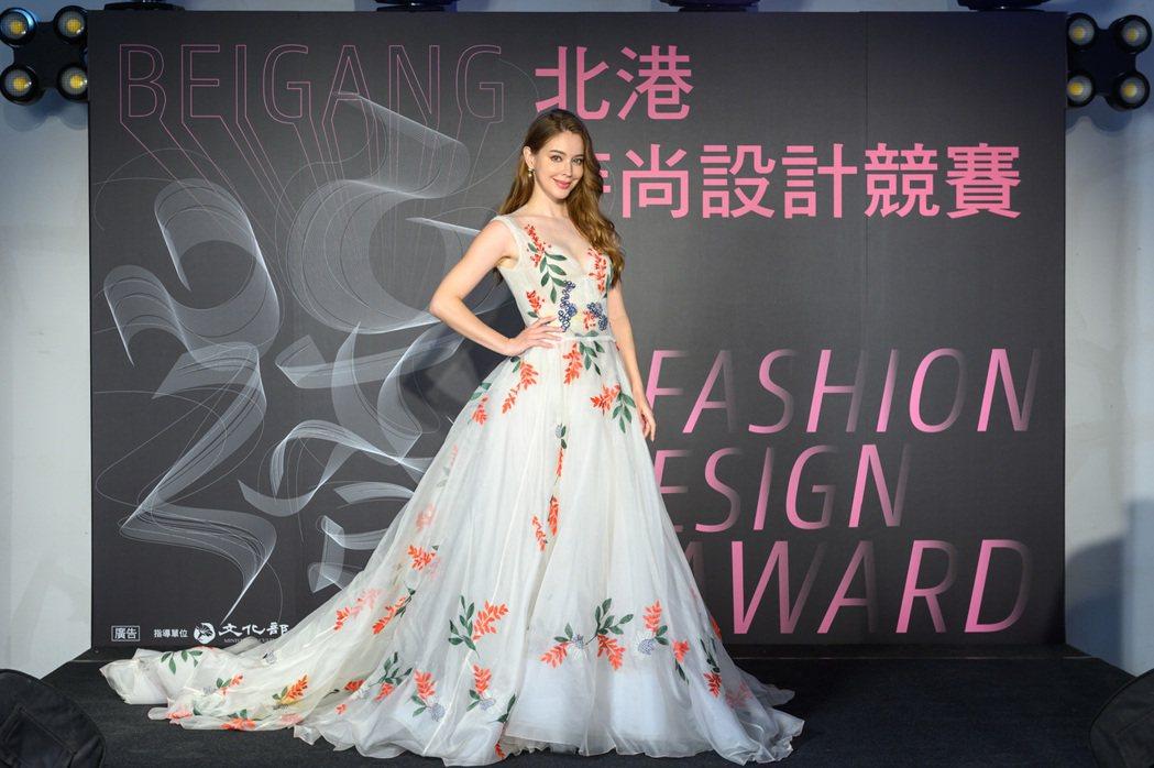 安妮身穿設計師林莉刺繡服裝。圖/雲林縣政府文化觀光處提供