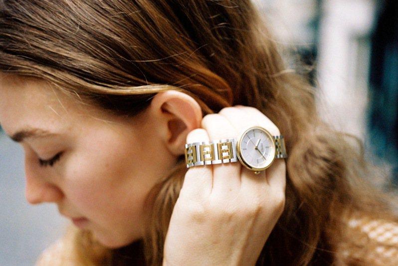 一件金色的設計腕表,將成為母親手腕上最閃耀奢華的時髦配件。圖 / FENDI提供。