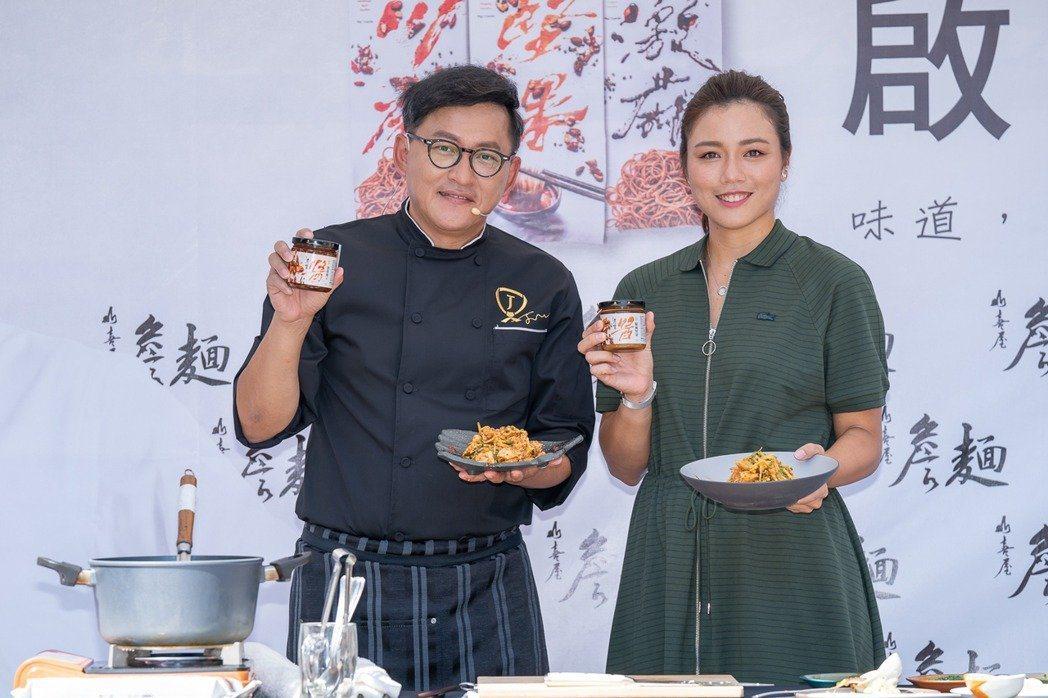 詹姆士(左)為了研發「詹麵」醬料投入高額成本。圖/明悅整合行銷提供