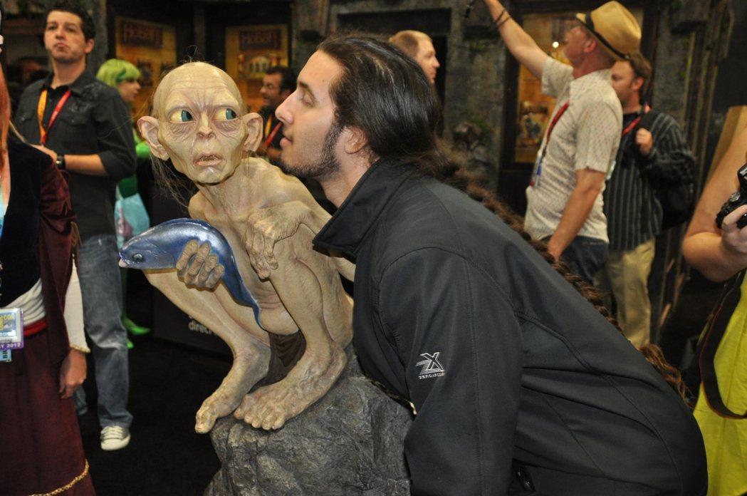 咕嚕(左)是「魔戒」電影中的主要角色之一。(本報系資料照片)