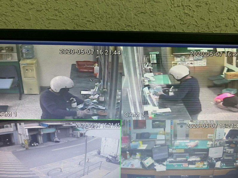 嘉義縣大林鎮郵局今天下午4時許發生持刀搶案,歹徒戴白色半罩式安全帽及黑色口罩。記者陳玫伶/翻攝
