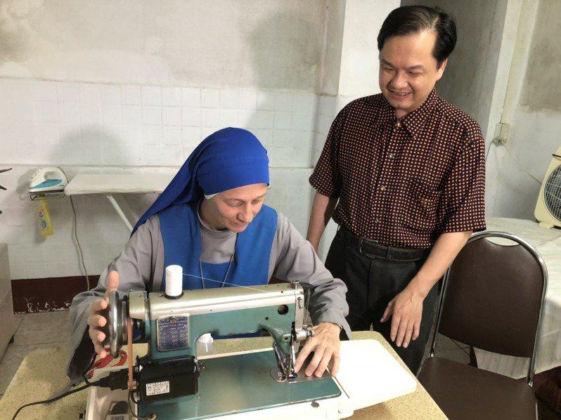 在金門明昌針車行的老闆楊銘達的指導下,天主堂的高修女也學會了使用與保養縫紉機。記者蔡家蓁/攝影