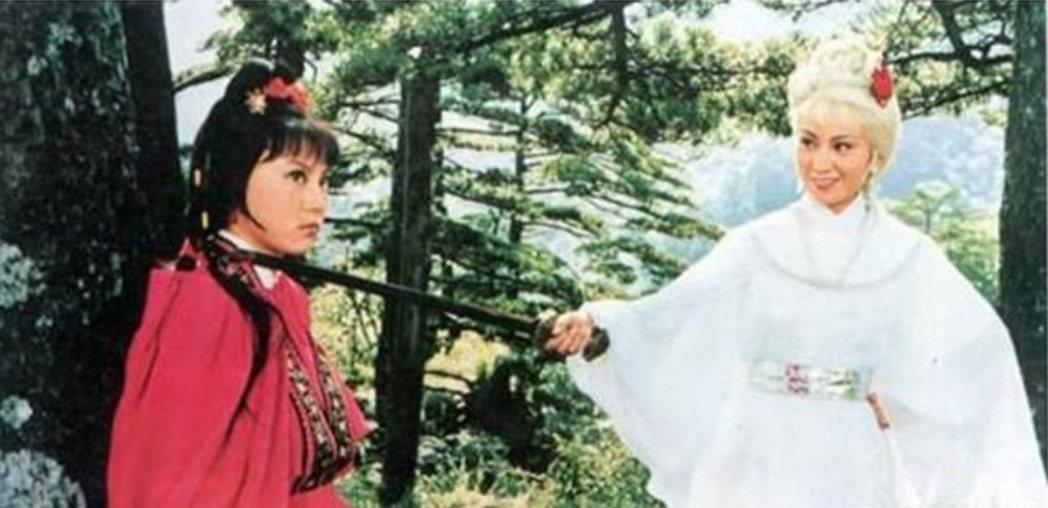 劉雪華(左)與鮑起靜在1980年版「白髮魔女傳」有不少對手戲。圖/摘自微博