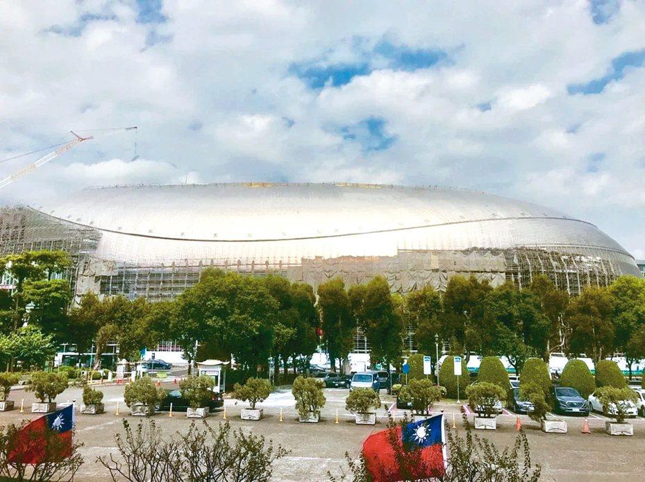 大巨蛋玻璃帷幕及鈦金屬屋頂,導致日光反射,民眾常向議員陳情。 圖/聯合報系資料照片