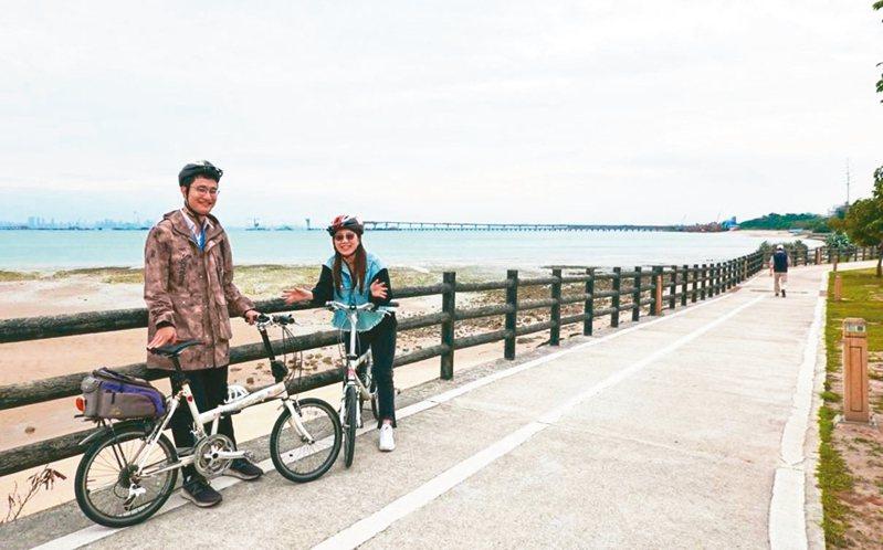 金門適合騎自行車,不少人騎著車趴趴走,健身又能欣賞風景。 圖/縣府提供