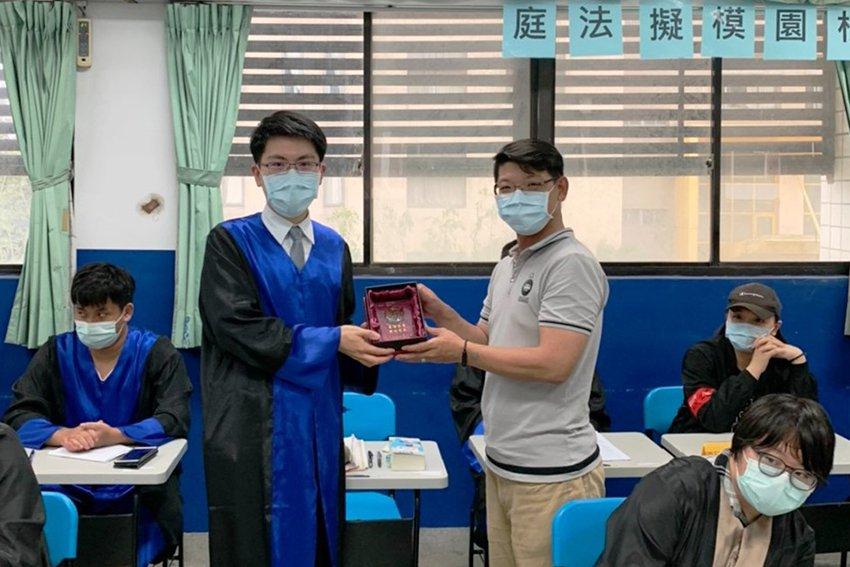 明新科大與新竹地院合作舉辦「校園模擬法庭」,特別感謝新竹地院法官王凱平(左)在場...