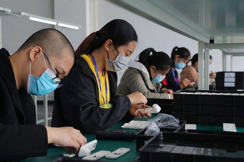 2020年4月17日,天津某公司一條額溫槍生產線,工人正在加緊生產。受訪者供圖