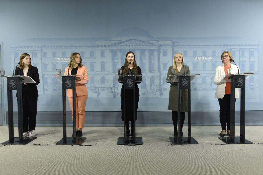 芬蘭現任總理馬林(中)率領的內閣中,女性首長占比約60%。 圖/路透社