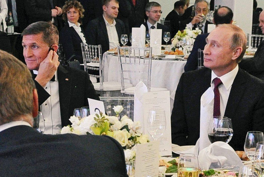 圖為2015年,佛林(右)參加俄羅斯的晚宴,就坐在普丁旁邊。 圖/歐新社