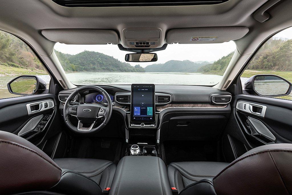 Ford Explorer車艙首度導入超大直立式12.8吋多功能中控螢幕,以新世...