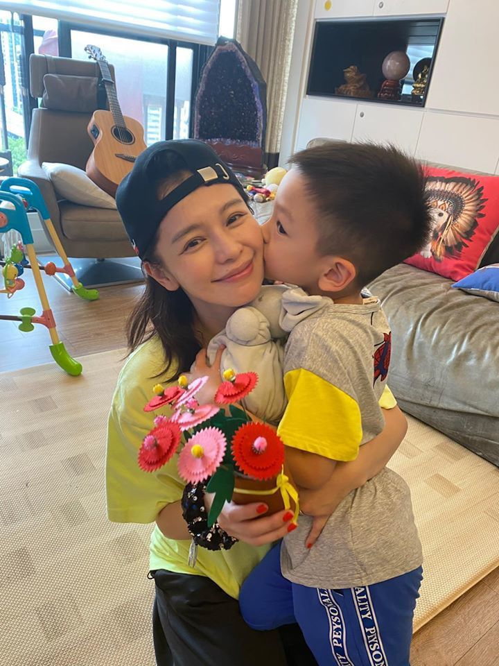 徐若瑄收到兒子的手作花。圖/擷自徐若瑄臉書