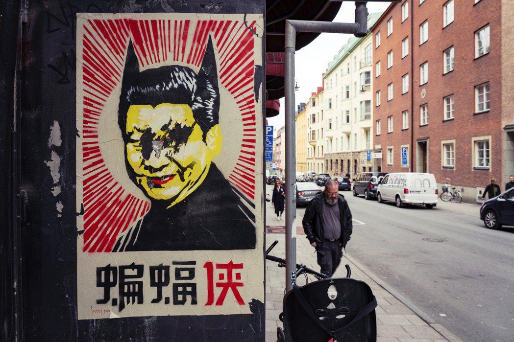 2020年5月6日,瑞典首都斯德哥爾摩的街頭上,突然四處出現了一系列的嘲諷海報。...