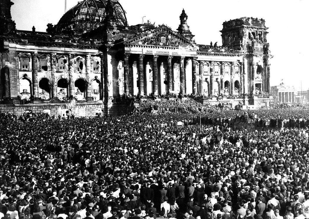戰後的冷戰時期,東西德因歷史與政治脈絡的不同,對於5月8日有著微妙的不同態度。圖...