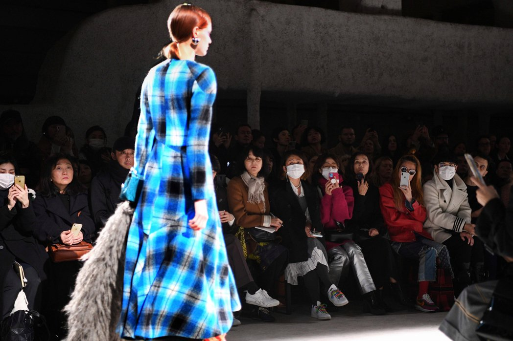 2月26日,巴黎的品牌時裝發表會,本來設定市2020-21的冬裝趨勢。誰知1個月...