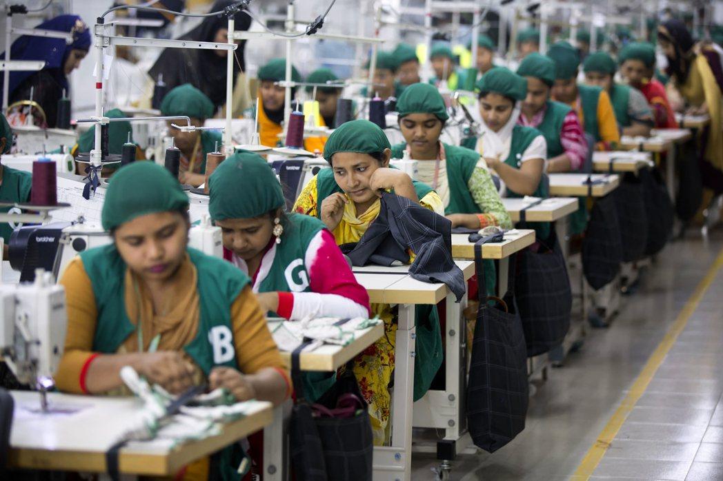 孟加拉的成衣工廠也遭遇了疫情失業的寒冬。在孟加拉,有410萬勞動力仰賴低薪密集勞...
