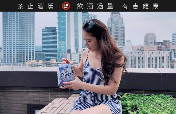 Mickey黃鈺文試飲虎牌冰釀啤酒。 圖/Mickey黃鈺文