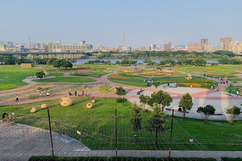 觀景台二、三樓俯瞰蝴蝶公園地景之美,整個園區就是一隻大的花蝴蝶。(白天近黃昏所拍)