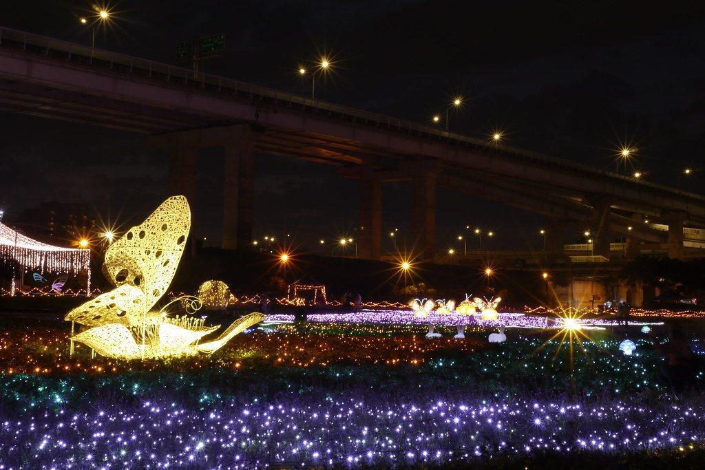 3公尺高蝴蝶立體竹編,一到夜晚成了閃閃發光的金色蝴蝶。