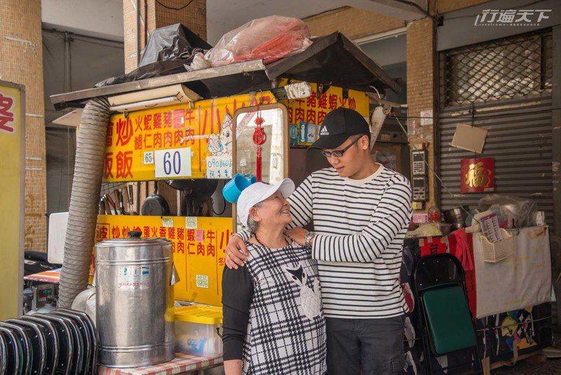 阿婆8千個孫之一的阿民畢業後也趁空檔回來幫忙。