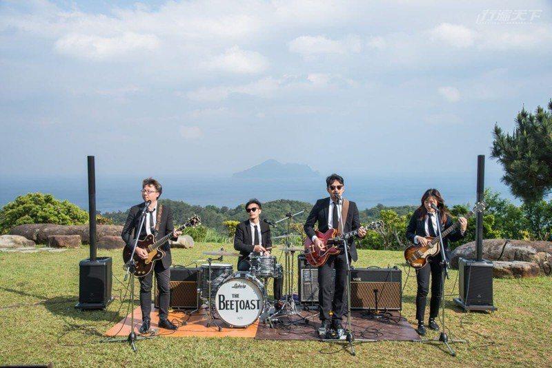 假日開唱的音樂會或演奏會,每周都請來不同樂團在大海前開唱。