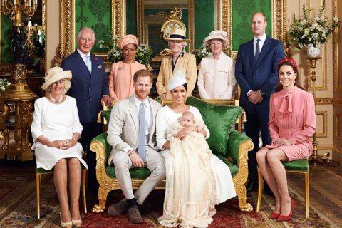 英國哈利王子與妻子梅根為了卸下皇室重要成員身分經過一番革命,也被傳因此令父親查爾斯、大哥威廉都不太諒解,奶奶伊莉莎白二世女王更感到傷心。現在一家人分別住在大西洋兩岸,不太容易見到面,但在哈利的兒子亞...