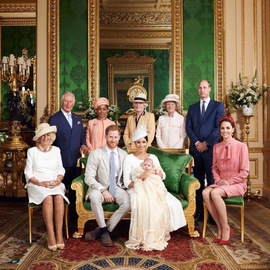 威廉王子和凱特的官方社群帳號上也發布英皇室重要成員與亞契的合照。圖/摘自Inst