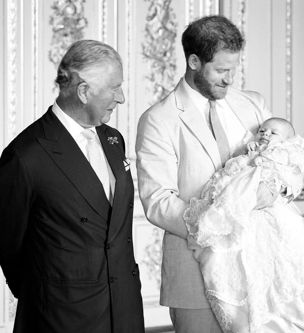 查爾斯王子的社群帳號上有黑白照片,祝福他的孫子亞契生日快樂。圖/摘自Instag...