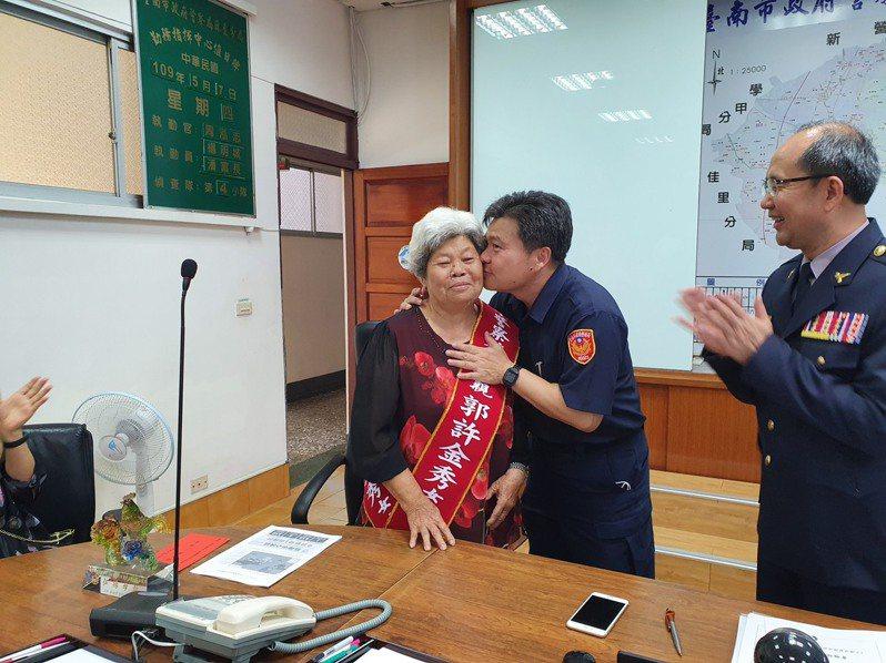 台南市警局麻豆分局警務員郭俊榮(右二)感恩73歲母親郭許金秀(左)。圖/麻豆分局提供