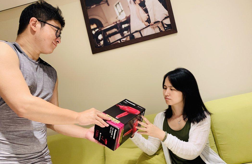 新北市性CEO暖爸建議母親節送禮要慎選,建議別送家事用品,因為家事是全家人的事。...