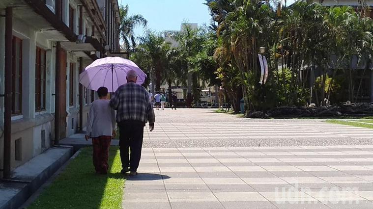 最近天氣明顯變熱,民眾注意新冠肺炎之餘,也應小心中暑所導致嚴重病變。示意圖,非新...