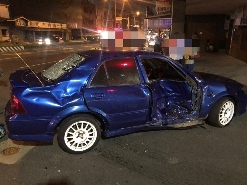 新竹縣新豐鄉日前發生一起死亡車禍,一輛汽車在文昌路口欲左轉彎,與直行的機車發生碰撞,導致2名機車騎士一死一傷。圖/警方提供