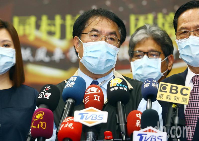 台南市長黃偉哲(中)今天北上出席紙風車劇團記者會。針對1968熱門景點引發地方政府反彈,黃偉哲表示,希望1968多跟中央溝通。記者杜建重/攝影
