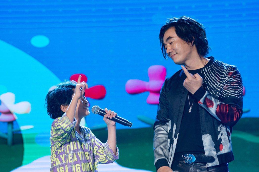 任賢齊和小朋友一起唱歌。圖/民視提供